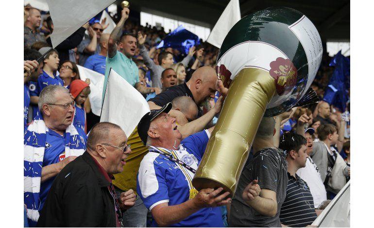 La fiesta eterna: Leicester recibe el trofeo de campeón