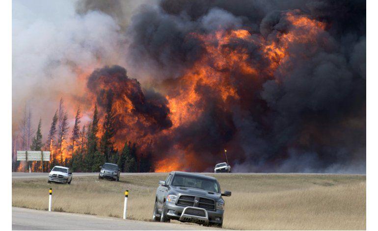 Temperatura y lluvia favorecen combate a incendio en Canadá