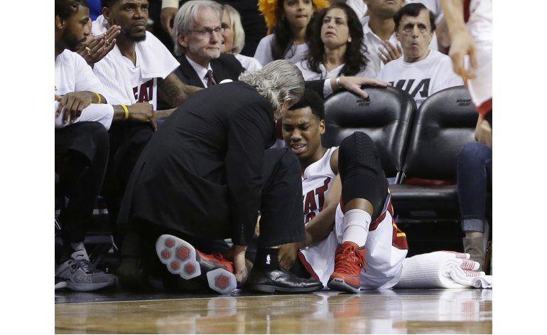 Whiteside sufre esguince en ligamento de la rodilla