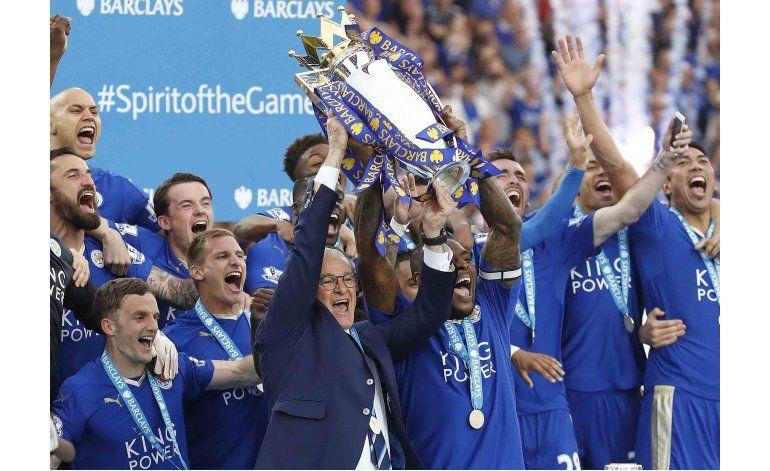 Seguidores del Leicester siguen celebrando el campeonato
