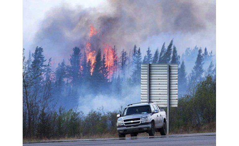 Temperatura y lluvia ayudan a combatir incendio en Canadá