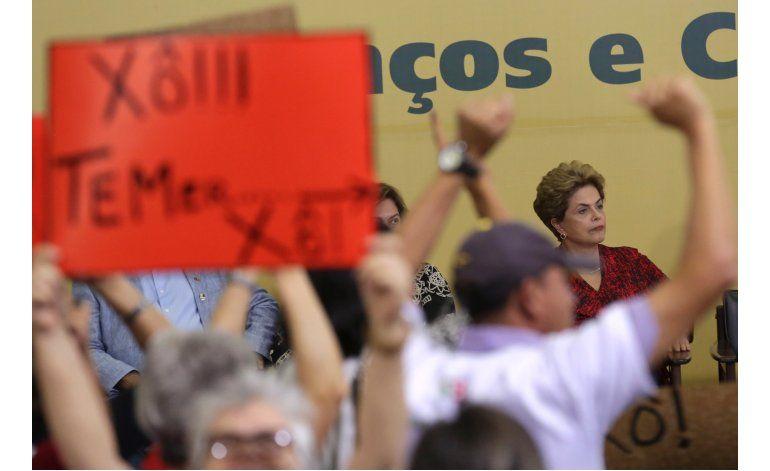 Iniciativa de juicio político a Rousseff deriva en caos