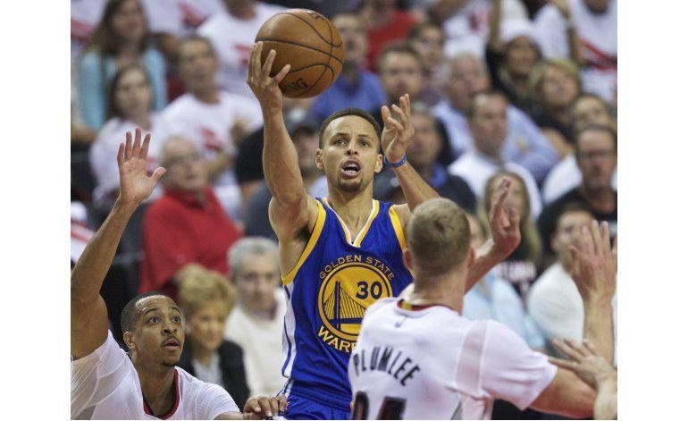 Curry vuelve y los Warriors ganan en tiempo extra