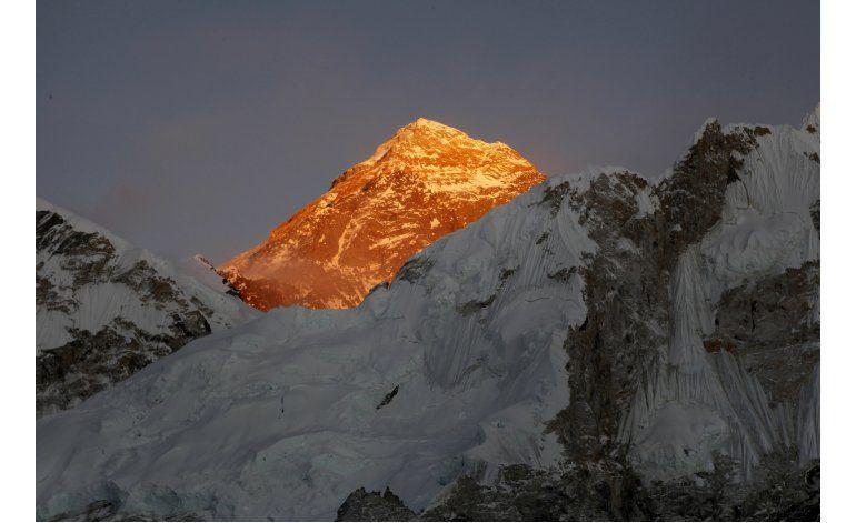 Mejoran condiciones para que alpinistas suban al Everest