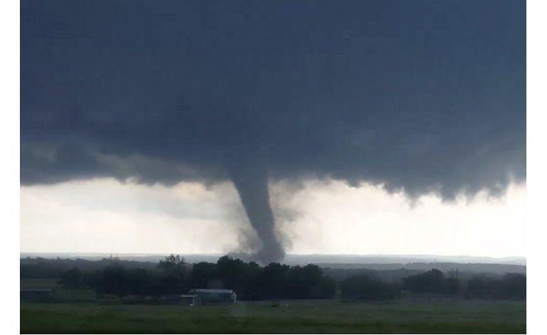 Tornados azotan EEUU; dos muertos y casas destruidas