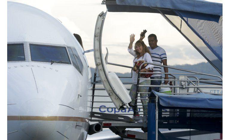 Panamá: Parten dos vuelos con cubanos hacia México