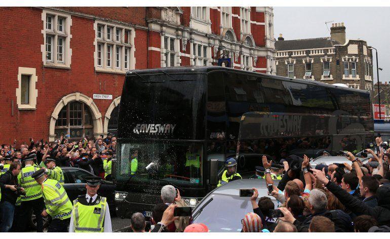Dañan autobús Manchester United antes de duelo con West Ham