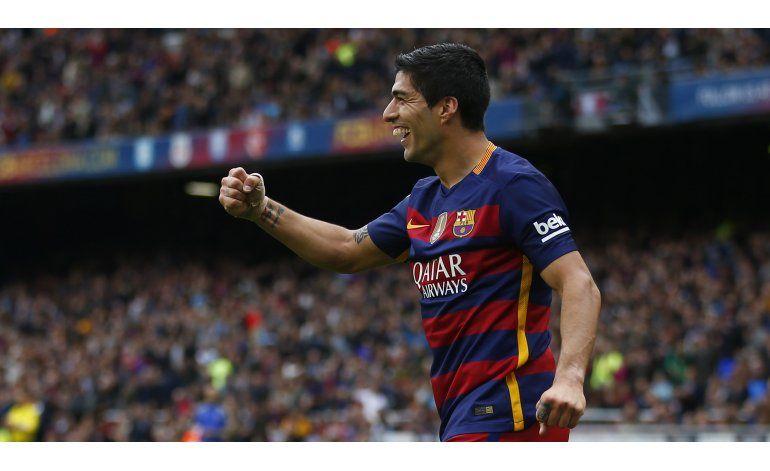 Suárez domina la encuesta de fútbol de AP