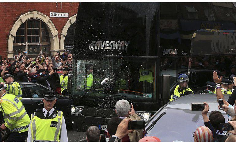 West Ham castigará fanáticos que atacaron autobús de Man U