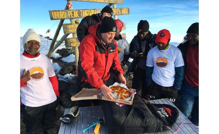 Pizza Hut entrega pizza en la cima del monte Kilimanjaro
