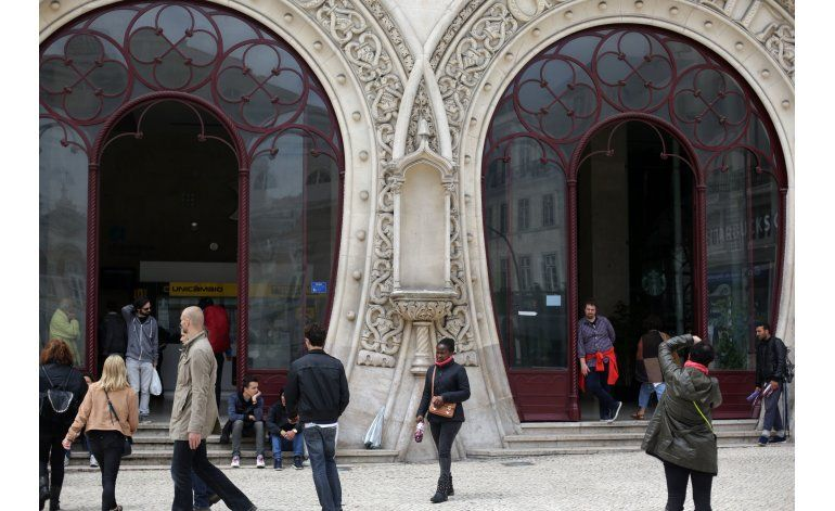 Hombre se encarama en estatua en Portugal y la destruye
