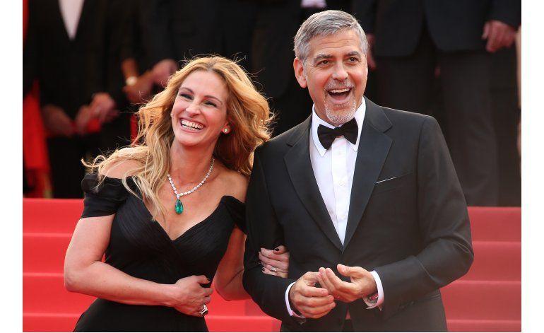 Julia Roberts camina descalza por la alfombra roja de Cannes