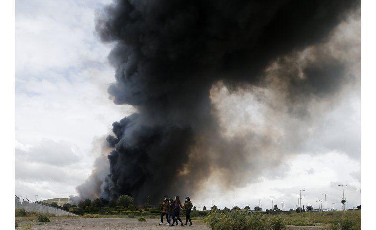 Desalojan a 9.000 por incendio en vertedero cerca a Madrid