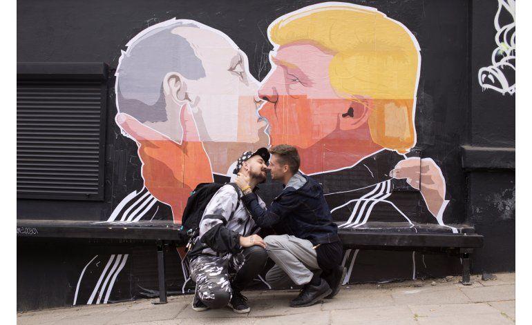 Ilustración de Trump besando a Putin adorna un restaurante
