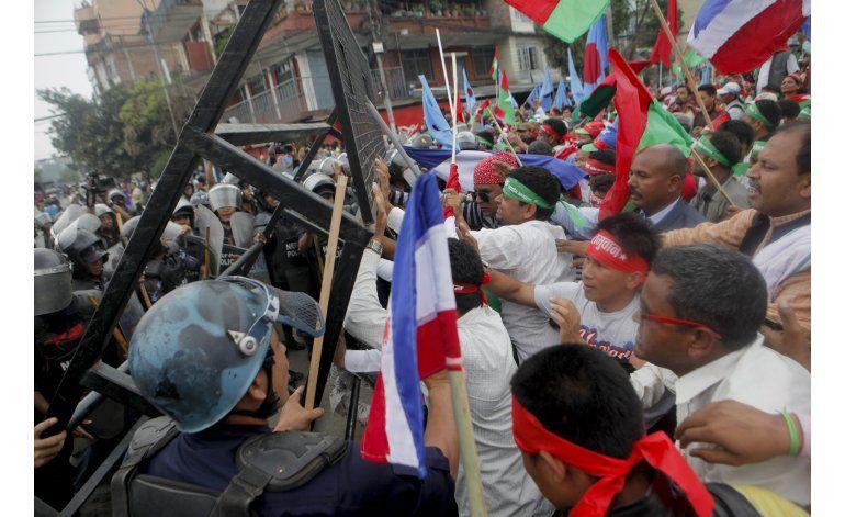 Minoría nepalí se enfrenta a policía en 2do día de protestas