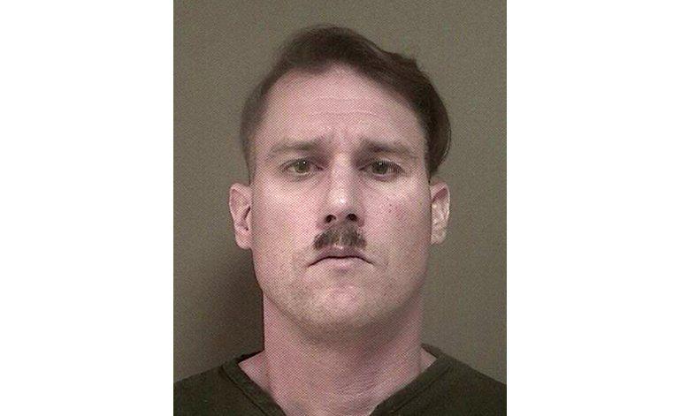 Arrestan con arsenal a hombre con bigote de Hitler