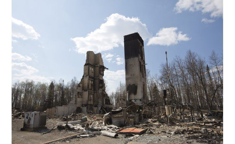 Canadá: Evacúan campos petroleros por incendio forestal