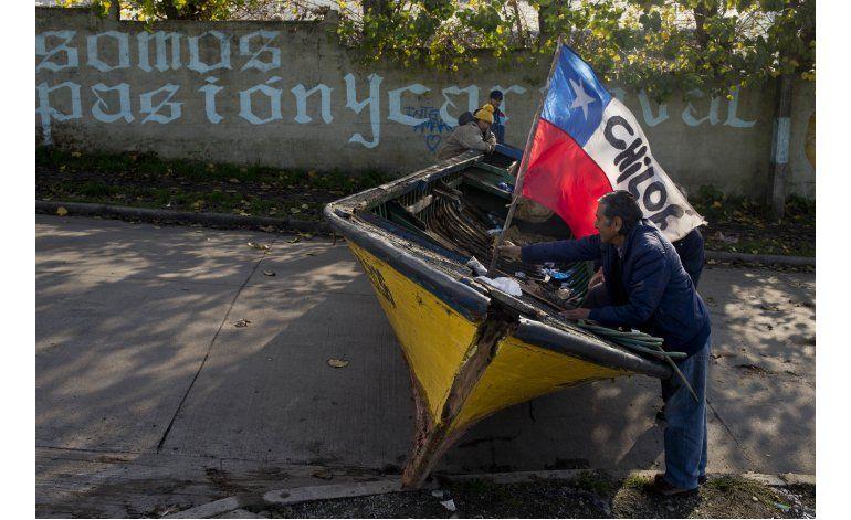 Pescadores chilenos luchan contra una devastadora marea roja