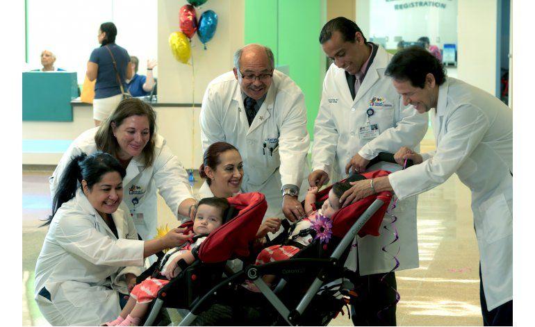 Salen del hospital siamesas que fueron separadas en Texas