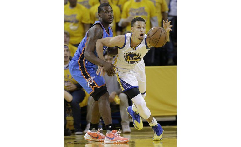 Curry brilla de nuevo, Warriors empatan 1-1 con Thunder