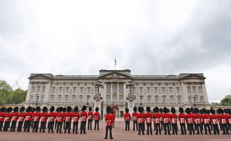 Detienen a hombre que escaló muro del palacio de Buckingham