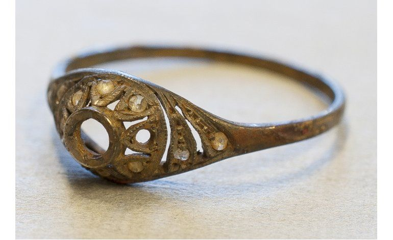 Hallan anillo y cadena de oro ocultas en taza en Auschwitz