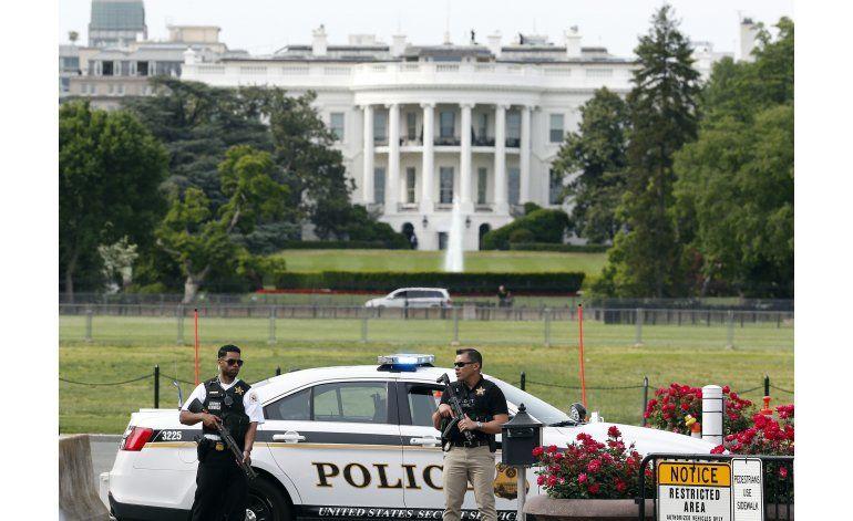 Agente dispara contra hombre armado afuera de la Casa Blanca