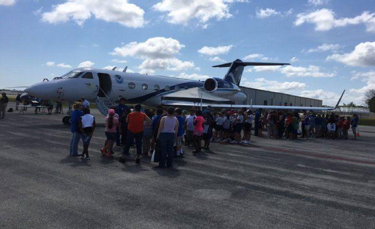 Aviones caza huracanes de visita en la Florida
