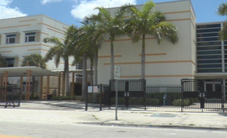 Autoridades cierran una escuela en Miami Gardens cuando algunos alumnos intercambiaron sus mochilas de forma sospechosa