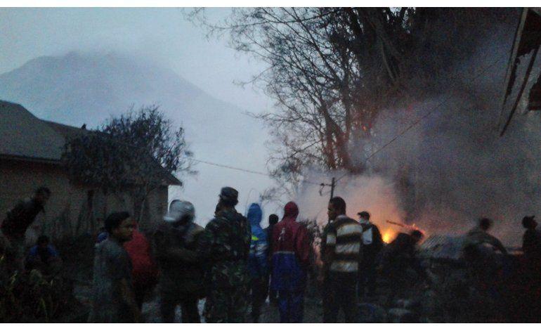Volcán en Indonesia arroja nubes calientes, ceniza; mueren 3