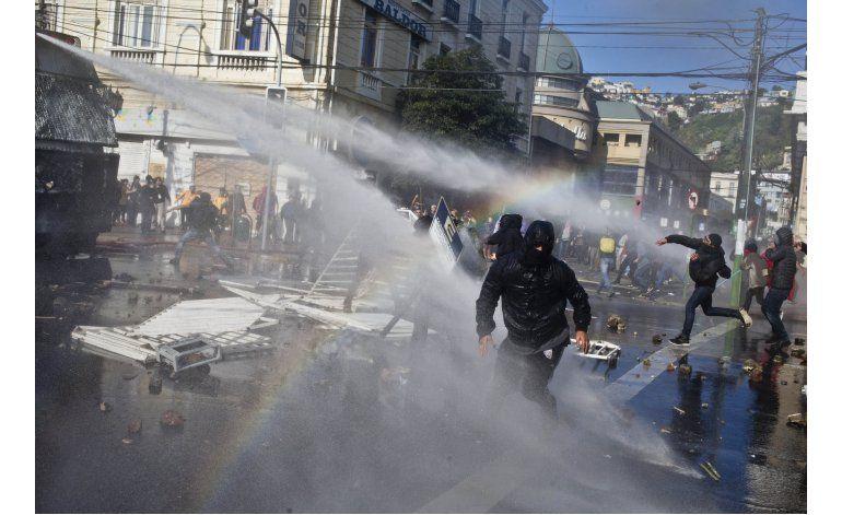 Chile: 1 muerto en incidentes durante discurso de Bachelet