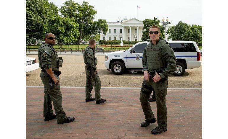 Hombre baleado afuera de la Casa Blanca sigue grave