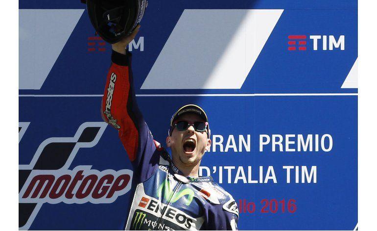 MotoGP: Lorenzo rebasa a Márquez y gana en Italia