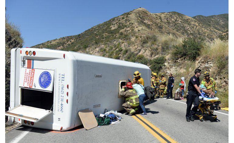 Volcadura de autobús en California deja dos heridos graves