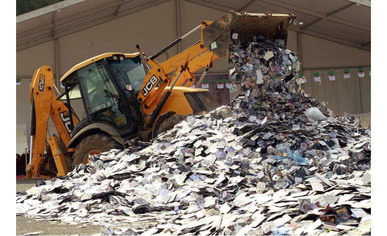 Argelia: Destruyen montaña de CDs y DVDs pirata