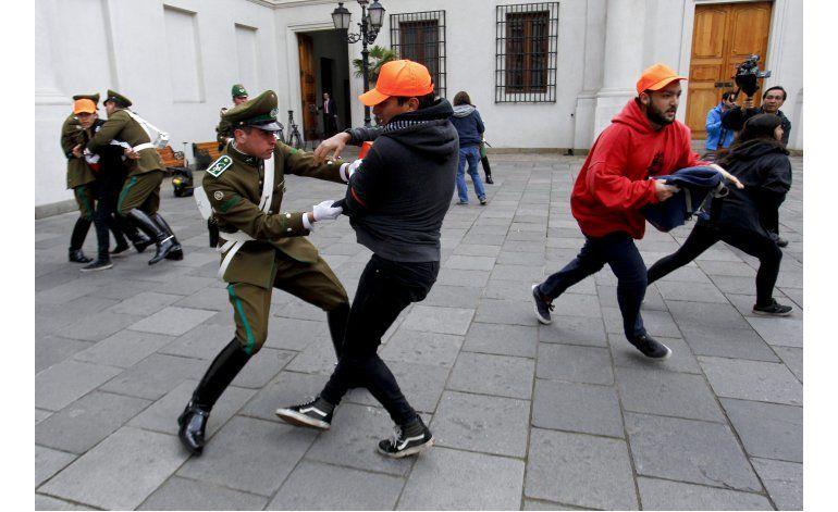 Estudiantes chilenos irrumpen en palacio de gobierno