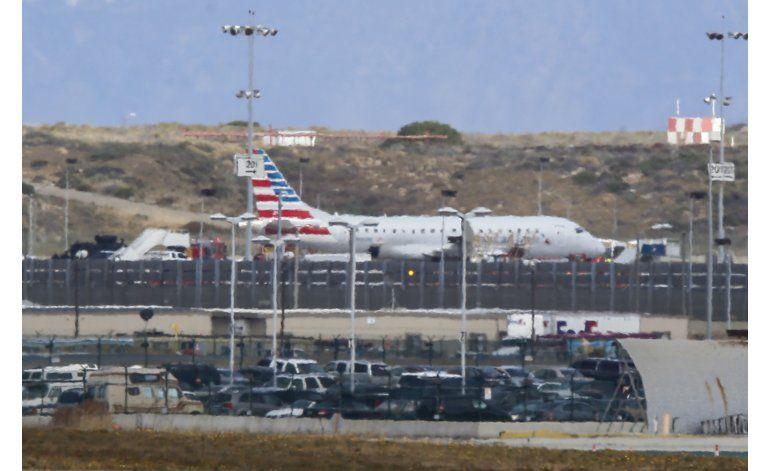 Revisan avión en aeropuerto de LA tras amenaza no creíble