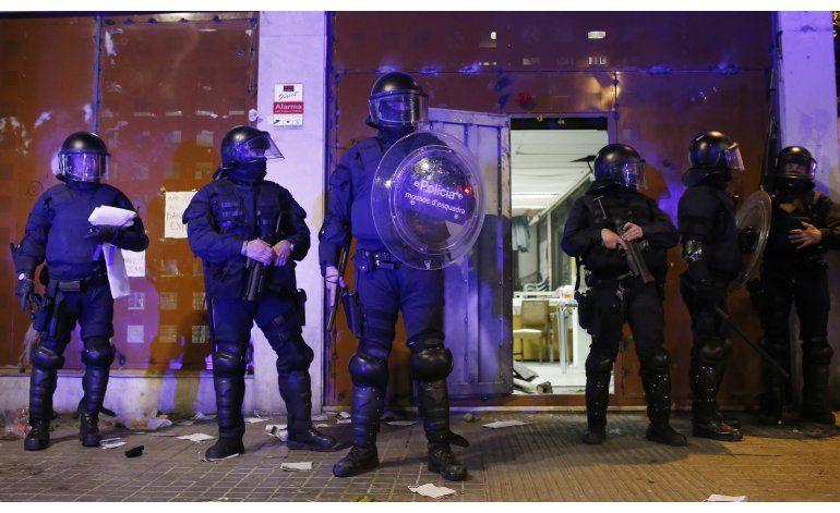 Manifestantes chocan por 2da vez con la policía en Barcelona