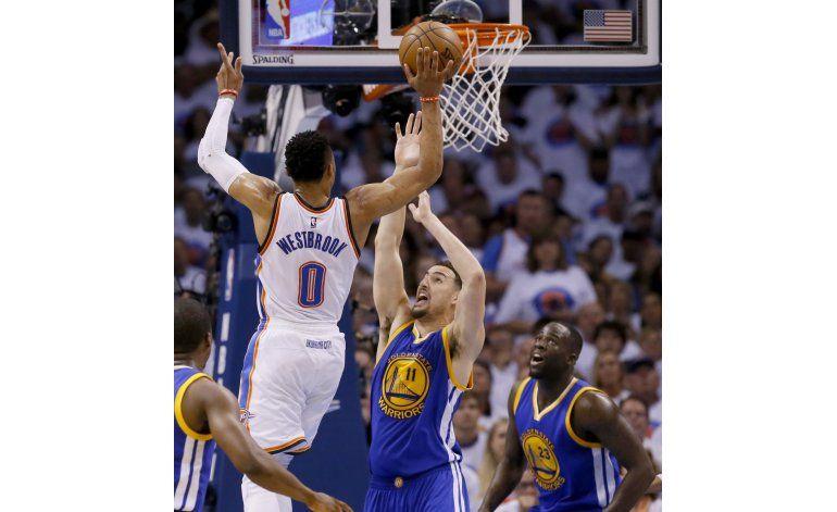 Westbrook, Thunder dejan a Warriors al borde de eliminación