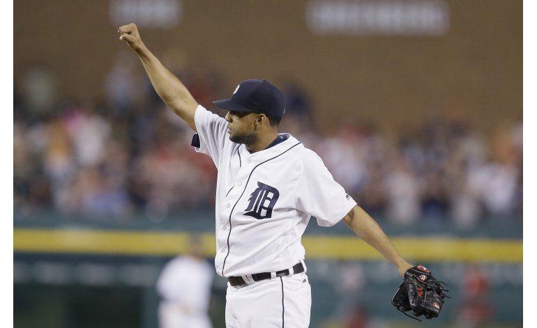 Rodríguez alcanza los 400 rescates en victoria de Detroit