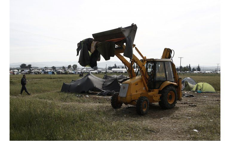 La evacuación del campo de Idomeni encara su 2da jornada
