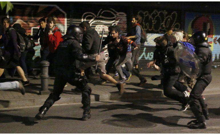 Heridos 6 policías en choques por desalojo en Barcelona