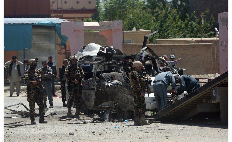 Ataque talibán contra vehículo oficial mata a 11 en Kabul
