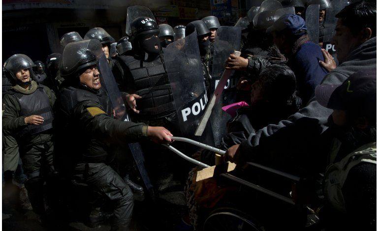 Dispersan a discapacitados con chorros de agua en La Paz