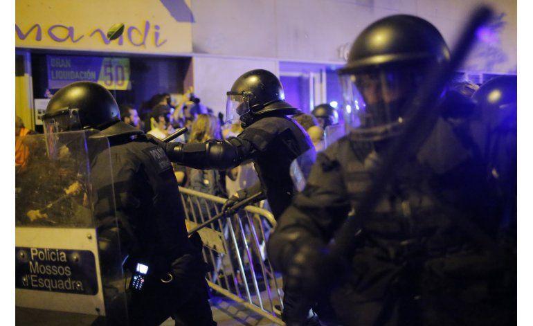 Barcelona: 11 heridos en 3ra noche de choques por desalojo