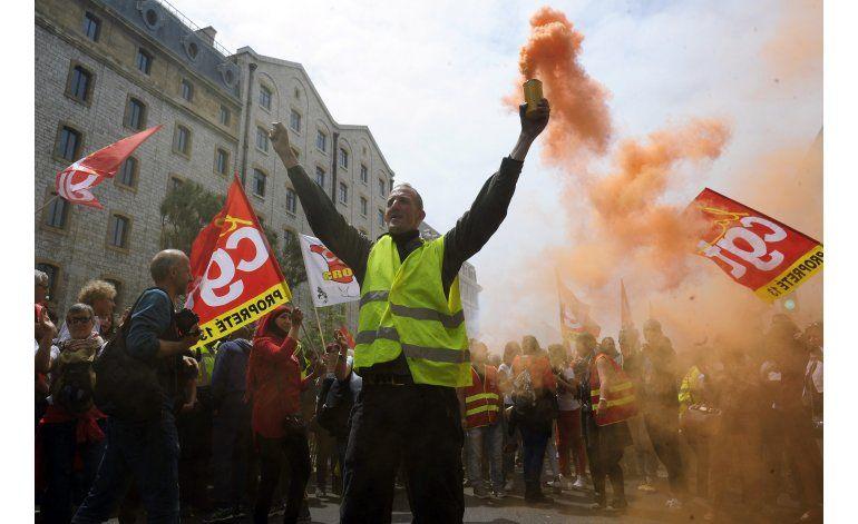 Trabajadores franceses lanzan bombas de humo en protestas