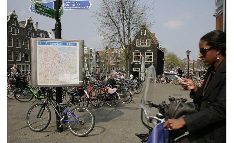 Holanda sopesa prohibir usar el teléfono a los ciclistas