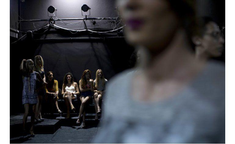 AP FOTOS: Concursantes se preparan para el Miss Trans Israel