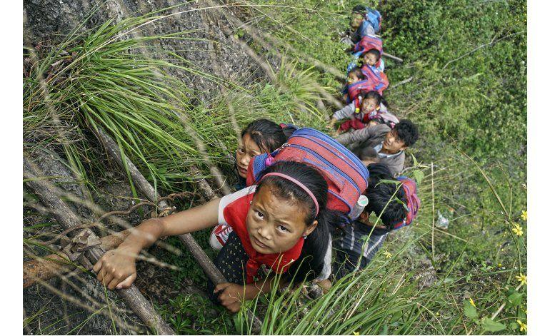 Aldea china podría recibir escaleras para evitar un barranco