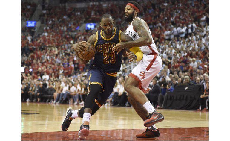 James anota 33 y los Cavaliers eliminan a Raptors